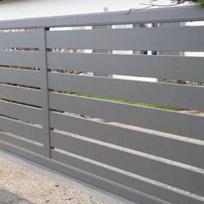 Portail-coulissant-alulminium-lames-horizontales-ajourées-Oise