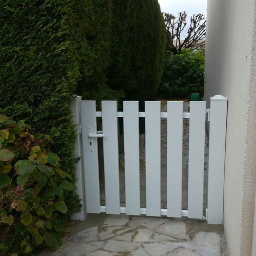 Portillon-PVC-blanc-lames-verticales-Pentrez-de-Cadiou-au-Port-Marly-78560-YVELYNES