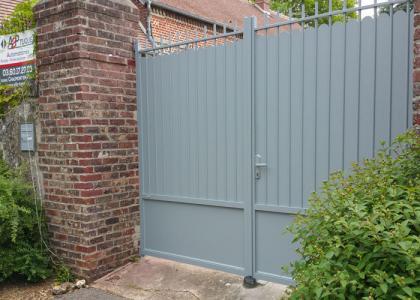 Portail rustique plein gris galet barre contreventement porcheux 60