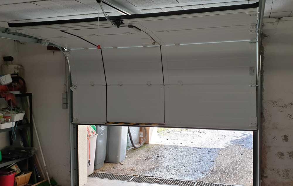Porte garage sectionnelle portillon vue interieure lormaison