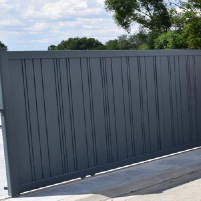 Portail-coulissant-aspect-un-vantail-motorisation-bft-a2p